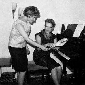 Ritva Auvinen ja laulunopettajansa Mirjam Helin 1960-luvun alussa.
