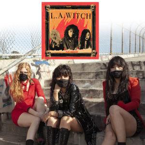 Trion L.A. Witch sitter ute på trappa med munskydd.
