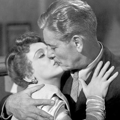 Shelley Winters ja Ronald Colman suutelevat elokuvassa Kaksoiselämää