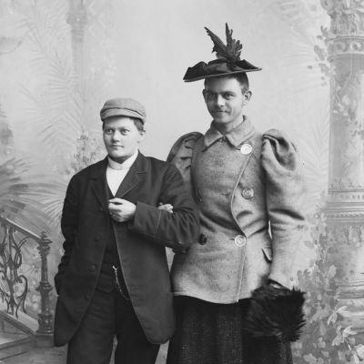 Marie Høeg och sannolikt hennes partner Bolette Bergs bror i det motsatta könets kläder i slutet av 1800-talet.