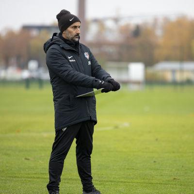 Jose Riveiro seuraa Interin treenejä.