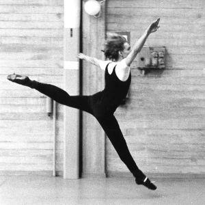 Ari Numminen treenaa nykytanssia 1980-luvun alussa.