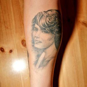 Tatuering som föreställer en kvinna.