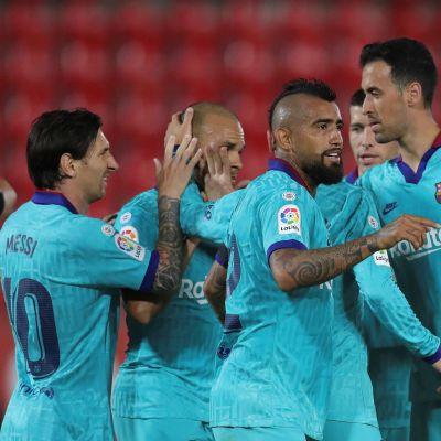 FC Barcelona-spelare firar mål i en klunga.