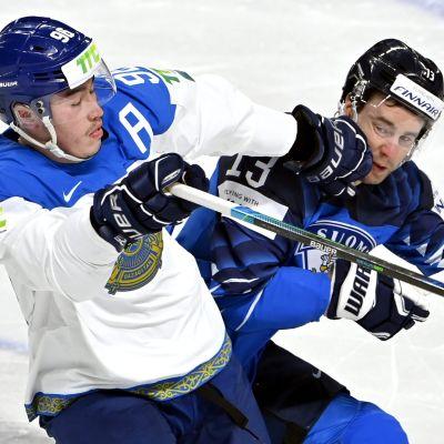Mikael Ruohomaa kamppailee kazakstanilaisen Alihan Asetovin kanssa MM-kaukalossa.