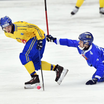 Hans Andersson och Markus Kumpuoja i kamp om bollen