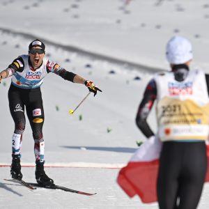 Johannes Lamparter tar emot parhästen Lukas Greiderer i målområdet.