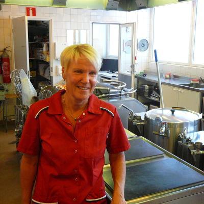 """Husmor Christel Sundqvist i Ekenäs högstadieskola säger """"nej tack"""" till storkök."""