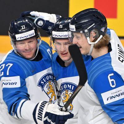 Petri Kontiola, Anton Lundell och Tony Sund firar mål.
