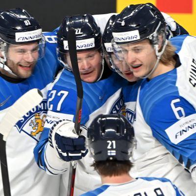 Iiro Pakarinen, Petri Kontiola, Anton Lundell, Jere Innala ja Tony Sund juhlivat Leijonien avausmaalia Saksaa vastaan.