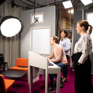 Laura Sivula, Aalto yliopiston ohjelmajohtaja. Studiossa ohjelmapäällikkö Laura Kitinoja ja ohjelmakoordinaattori Niko Ylä-Poikelus.