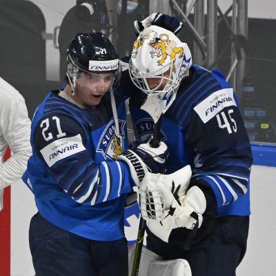Suomen sankarit Jussi Olkinuora (oik.) ja Jere Innala juhlivat MM-välieräpaikkaa.