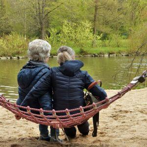 Två kvinnor sitter i en hängmatta