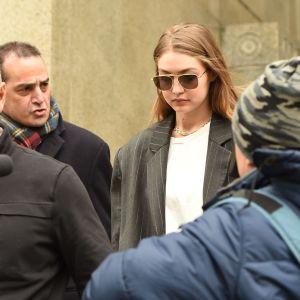 Gigi Hadid poistumassa manhattanilaisesta tuomioistuimesta.