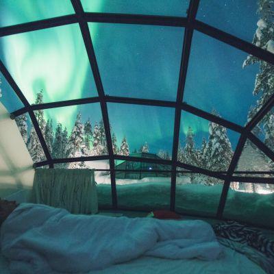 Hotelli Kakslauttasen iglu yöllä