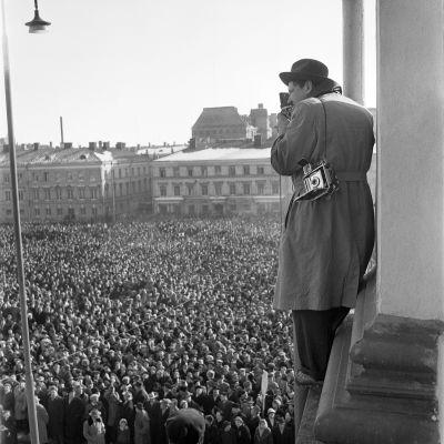 Mielenosoittajat Senaatintorilla suurlakon aikaan maaliskuussa 1956.