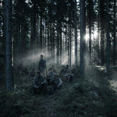 Sotilaita metsässä