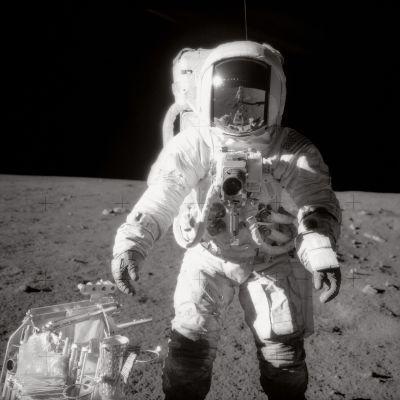 Alan Bean kuukävelyllä vuonna 1969, kypärästä heijastuu Charles Conrad.