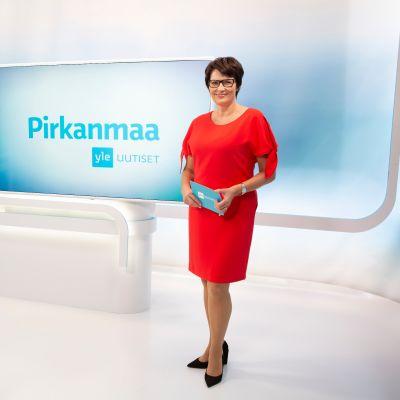 Juontaja Salla Paajanen juontamassa Yle Uutiset Pirkanmaan lähetystä