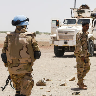 YK joukkoja aavikolla.