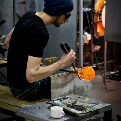 Lasinpuhaltaja työssä Nuutajärvellä.