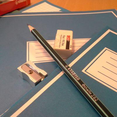 Koulutarvikkeita pöydällä.