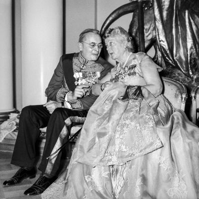 Juhlavieraita Linnan juhlissa 6. joulukuuta 1955. Rouva Alli Paasikivi seurustelee ulkomaalaisen diplomaatin kanssa.