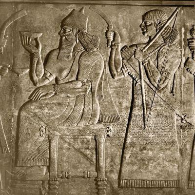 Kunigas Ashurnasirpalia esittävä kivipiirros noin vuodelta 880 ennen ajanlaskun alkua.