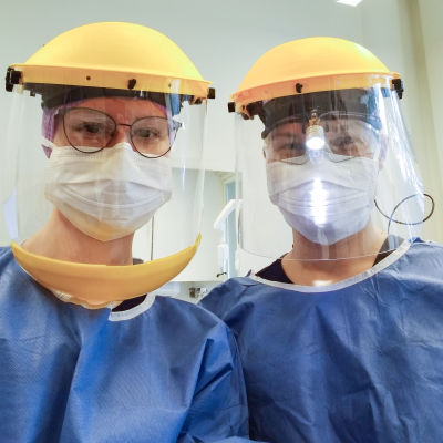 Hammashoitaja Kirsi Juusela vas.) ja hammaslääkäri Titta Jokiranta Keravan kaupungin suunterveydenhuollossa 26. maaliskuuta.