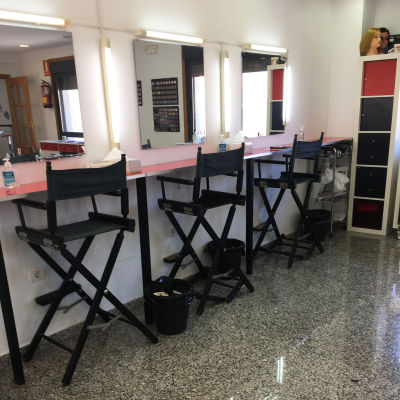 Tuoleja ja pöytiä