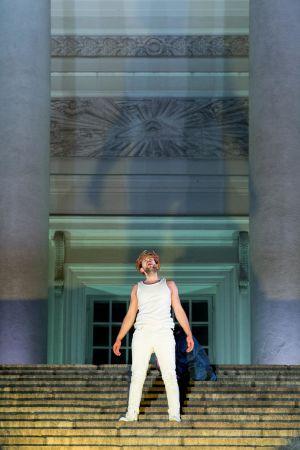 Waltteri Torikka i rollen som Jesus står på Domkyrkans trappor.