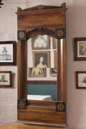 Rektangelformad spegel i biedermeierstil med ram av mahogny.