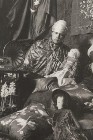 Madame Craucher i sin orientaliskt inspirerade salong