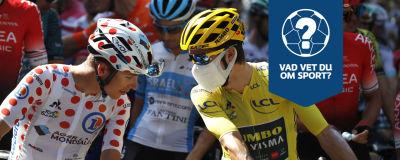 Två cyklister diskuterar med varandra.
