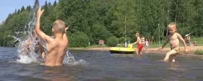 Barn invid badstrand i Borgå.