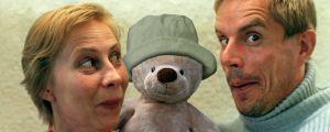 Kati Outinen ja Taisto Oksanen Uppo-Nallen vieressä.