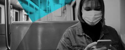 En passagerare med munskydd i Helsingfors metro