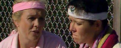 Kvinnor i pannband i 1990-talsserien Projekt Waikiki.