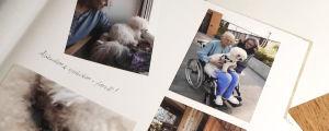 Ett fotoalbum, med flera bilder på en äldre man i sjukhuskläder. I bilderna finns också en vit hund och en äldre kvinna.