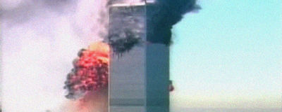 New Yorkin World Trade Centerin tornit. Kaapattu lentokone on juuri lentänyt taaempaa tornia päin ja aiheuttanut räjähdyksen.