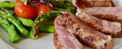 En portion med kött och grönsaker.