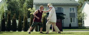 Tommi ja Juhis aurinkoisella pihalla harjoittelemassa itsepuolustusta.