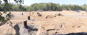 Ett sandområde i en skog där man bygger ut vatten- och avlopp.