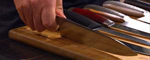 Närbild på en hand som håller i en kockkniv.