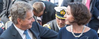 Sauli Niinistö och fru Jenni Haukio tittar på varandra.