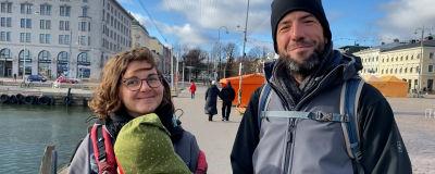 Två tyska turister ler till kameran i Helsingfors