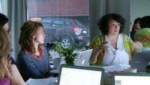 Handledning och stöd från gruppen är viktiga då man skriver. Fr.v Katarina Fagerström, Keth Strömdahl och Sonja Ahlfors lyssnar på Monika Fagerholm.