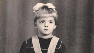 vanha kuva pienestä tytöstä rusetti päässä
