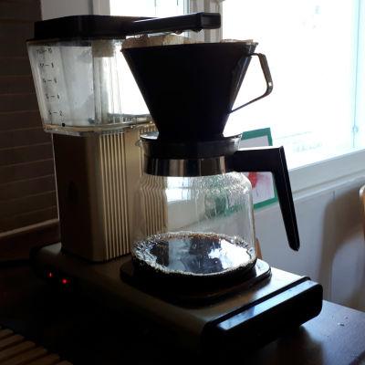 Kahvinkeitin keittää kahvia.