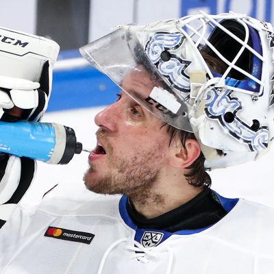 Henrik Karlsson dricker vatten.